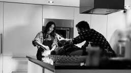 Desde su moderna cocina, Galilea Montijo prepara el único platillo que le queda bien