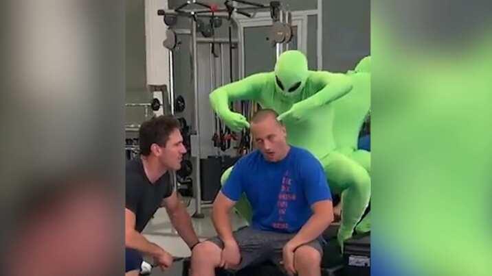 Así se preparan para sacar un alien durante la invasión al Área 51