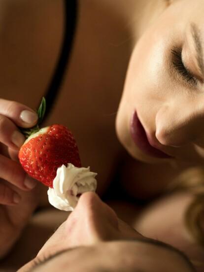Fresas. Un fruto sensual y erótico que te permite jugar con tu pareja. Ponles crema batida o chocolate y deja volar tu imaginación.