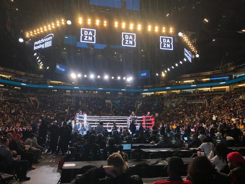 Los boxeadores están preparados y la afición hace un gran ambiente en Phoenix, Arizona.