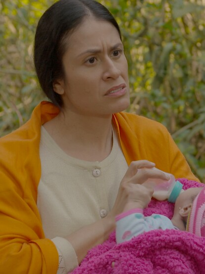Rosa deja a la pequeña Laurita para irse a la capital a buscar una mejor calidad de vida.