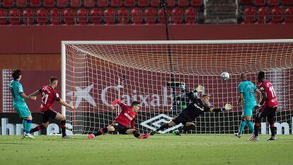 Con el tiempo de compensación de por medio, el astro argentino colgó la pelota en el ángulo superior izquierdo de la portería del Mallorca con un sorprendente tiro con el pie derecho.