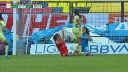 Karla Estala con el error casi le regala un gol al América