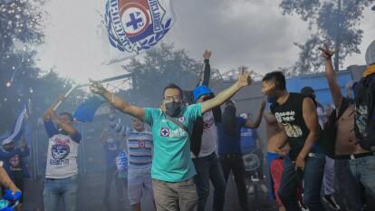Algunos aficionados de la Máquina del Cruz Azul hicieron un pequeño viaje desde ecatepec para apoyar a sus futbolistas minutos antes de que inicie el clásico joven.