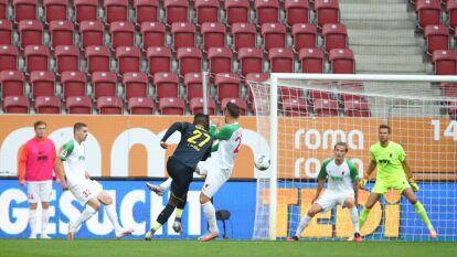 Sólo el Wolfsburg ganó como visitante, 0-1 al Werder Bremen que podría descender. El Union Berlin y el Schalke empataron a un gol, igual que el Augsburg y el Colonia.