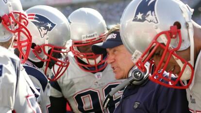 Bill Belichick cumple 68 años este 16 de abril. Ante esto, vamos a desmenuzar parte de la ideología que lo ha caracterizado durante su carrera como head coach en la NFL, resaltando dos décadas en las que convirtió a los New England Patriots como una de las dinastías más dominantes en la historia del deporte y del futbol americano.