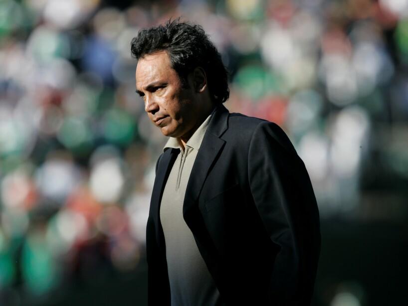 Hugo Sanchez de traje negro con la mirada perdida