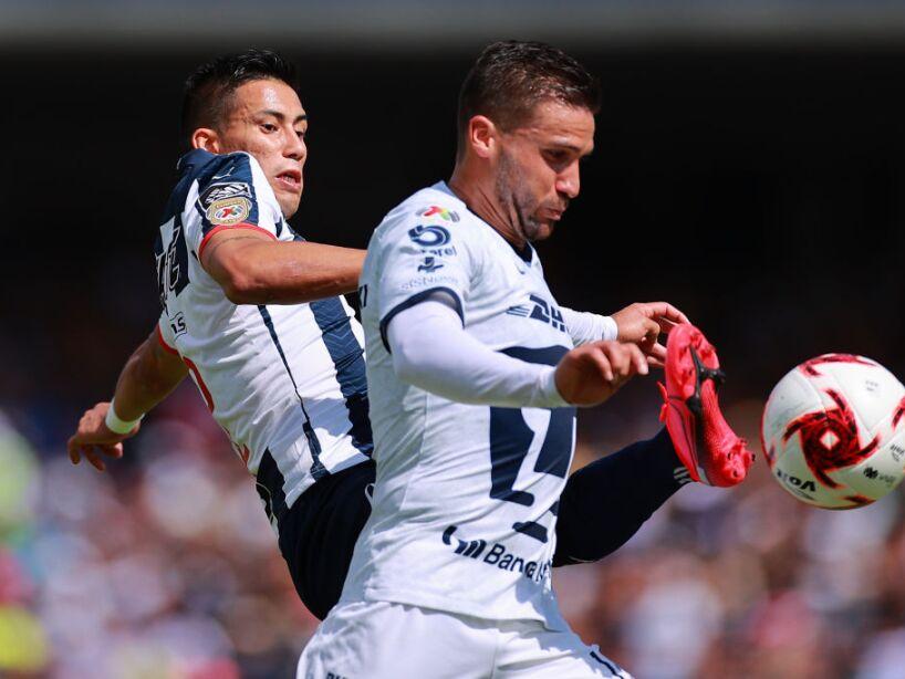 Andrés Iniestra mirando el balón