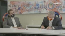 Este es el momento en el que Vucetich firma como DT de Chivas