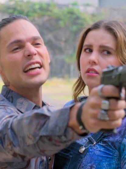 Tras matar a Tulio, Rommel trata de escapar llevándose a Marcela y le asegura a Omar que la matará si la policía lo persigue.