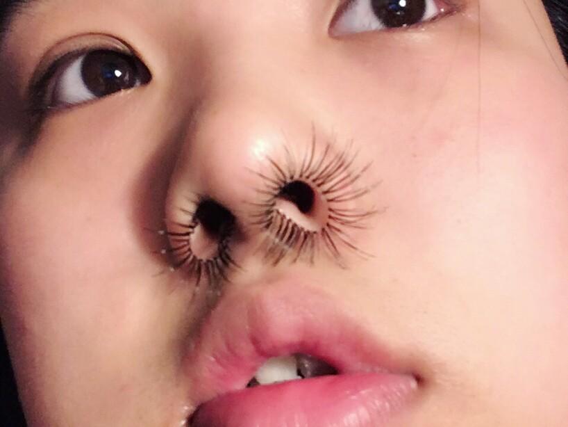 Una loca tendencia con extensiones de pelo en la nariz confunde a Internet.