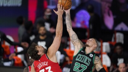 Jaylen Brown sale inspirado en el quinto partido, y con 27 puntos lleva a los Boston Celtics de nuevo a la victoria para poner la serie 3-2 a su favor.