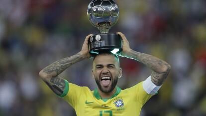 El defensor brasileño esta de fiesta por sus 37 años y nosotros te contamos los títulos del jugador más galardonado en la historia del futbol.