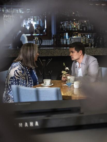 """En """"Vencer el Pasado"""", 'Brenda' cita a 'Javier' para decirle que ha aceptado heredarle en vida para que pueda regresar a Biogenelab."""