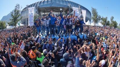 Los Rayados disfrutan del campeonato con su gente en el desfile que congregó a miles de personas desde el Parque Fundidora hasta su estadio.