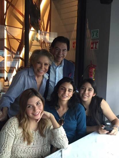 Es común que Aislinn Derbez comparta fotografías al lado de algún miembro de la familia Derbez, pero pocos conocen quiénes son la mamá, el padrastro y las medias hermanas de la actriz.