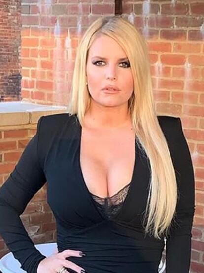 La cantante Jessica Simpson compartió en su cuenta de Instagram que llegó a pesar casi 109 kilos en su tercer embarazo, bajando 45 kilos en seis meses, situación de la que se siente orgullosa.