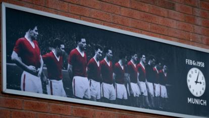 Jugadores, exjugadores, directivos, aficionados, entrenadores y familiares de las víctimas acudieron al Memorial para mostrar sus respetos por los ocho fallecidos en 1958.