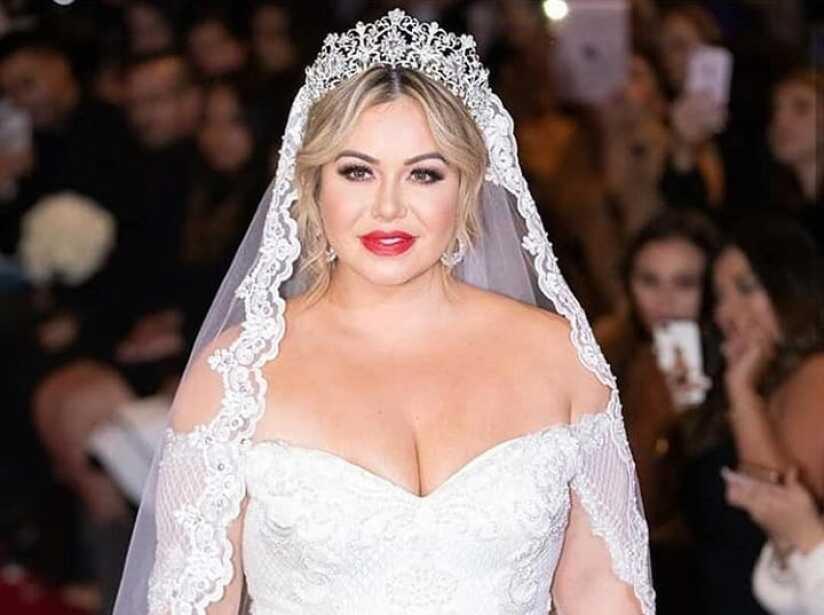 Chiquis Rivera modelando vestido de novia